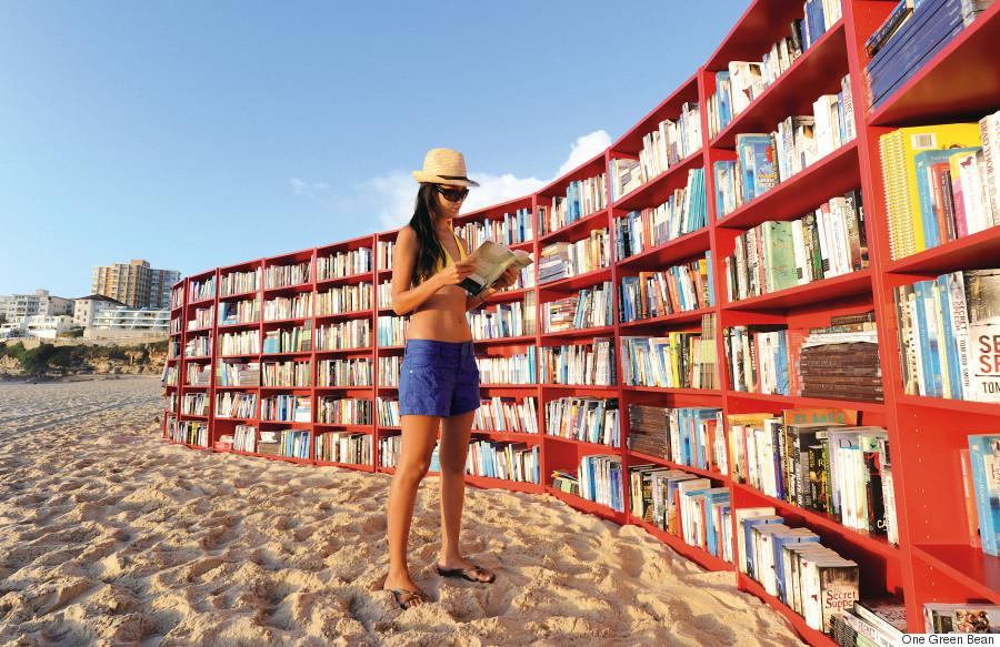 Bibliothèque sur la plage avec jeune liseuse en chapeau