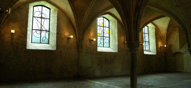 Vitraux de Christopher Wool dans la salle capitulaire du prieuré © D.R.